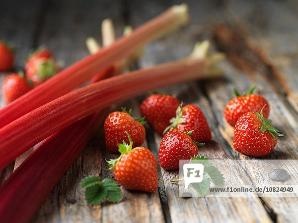 Rhabarber und Erdbeeren auf Holzoberfläche