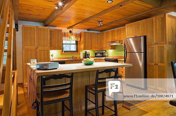 Holz-Kücheninsel mit Keramik-Theke im kanadischen Landhausstil Blockhaus