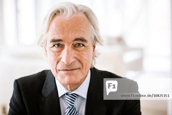Senior Senioren Portrait Mann sehen lächeln Jacke Hemd Krawatte Blick in die Kamera Kleidung