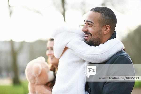 Seitenansicht des lächelnden Vaters mit Tochter