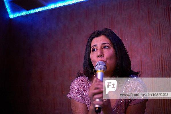 Frau singt Karaoke
