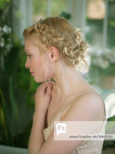 junge Frau junge Frauen Close-up blond Haar wegsehen