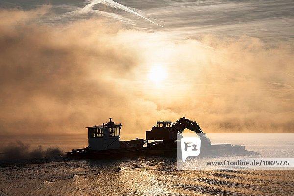 Silhouette des Schiffes auf dem Lago Maggiore  Piemont  Lombardei  Italien