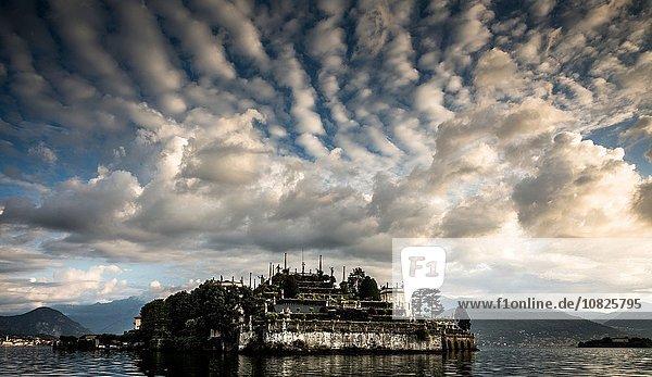 Wolken über dem Lago Maggiore  Piemont  Lombardei  Italien
