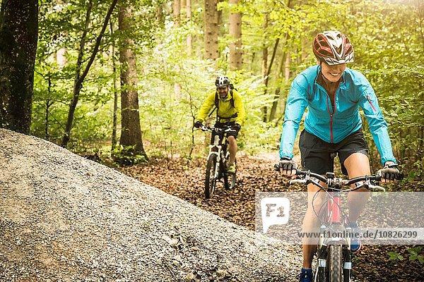 Berg radfahren Wald reifer Erwachsene reife Erwachsene