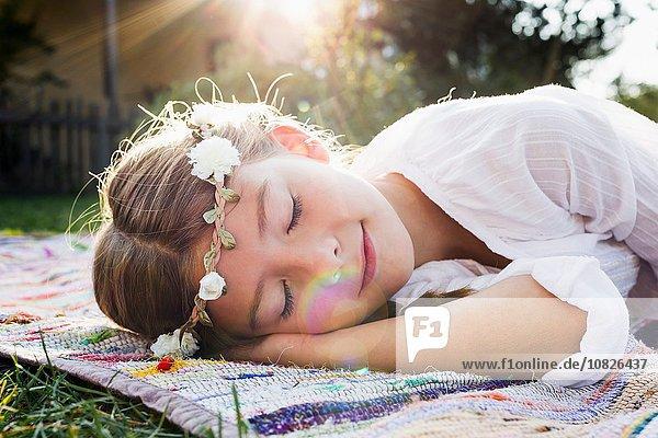 Mädchen mit Blumen rundem Kopf schlafend