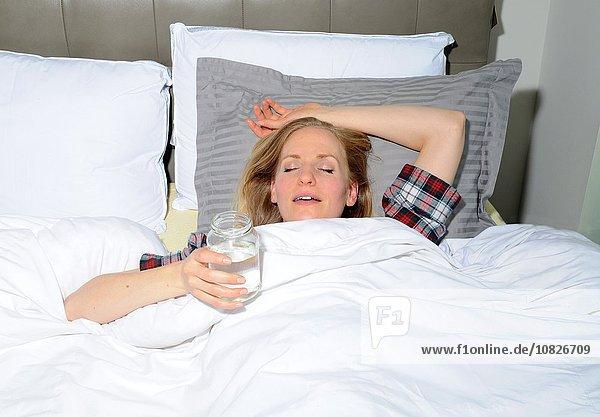 liegend liegen liegt liegendes liegender liegende daliegen Wasser Frau geschlossen halten Bett Mittelpunkt Erwachsener