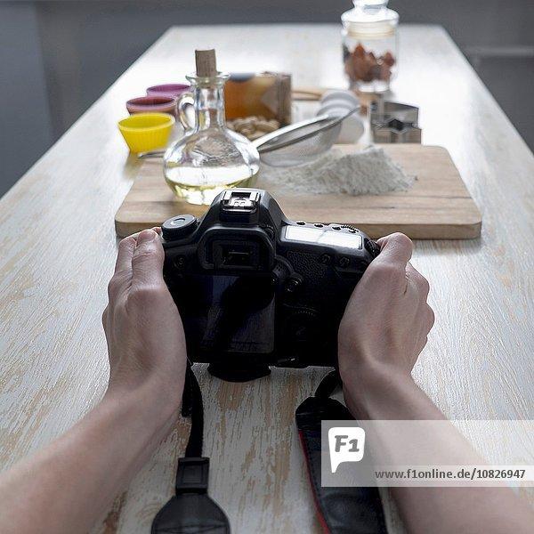Fotografinnen fotografieren Backzutaten auf dem Tresen