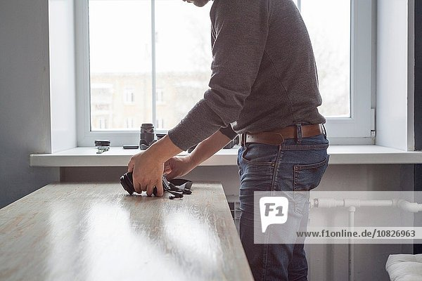 Fotograf prüft Kamera auf Studiotisch