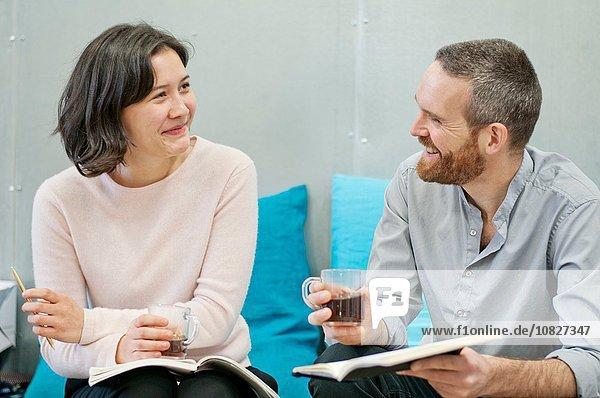 Frau und Mann beim Plaudern in der Kaffeepause