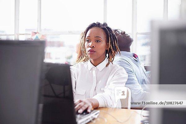 Kollegen im Büro am Computer sehen überarbeitet aus