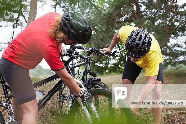 Mountainbike-Paar beim Radfahren im Wald