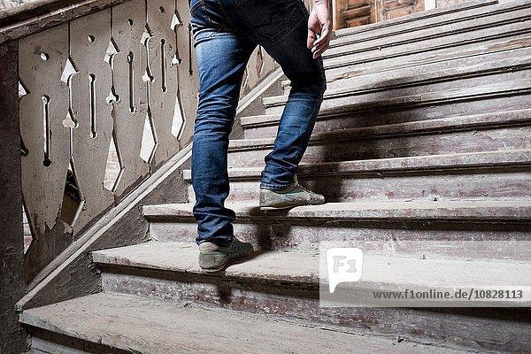 Mann geht die Treppe hinauf