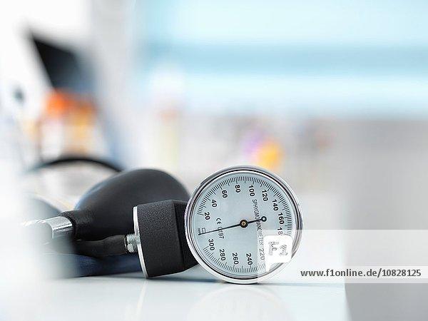 Blutdruckmessgerät auf dem Schreibtisch