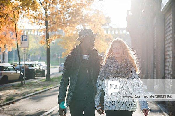 Paar  das auf dem Bürgersteig geht