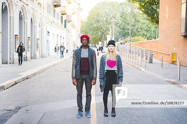 Paar steht auf der Straße