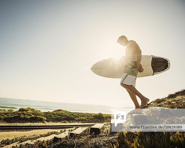Europäer Mann tragen Strand Surfboard Europäer,Mann,tragen,Strand,Surfboard