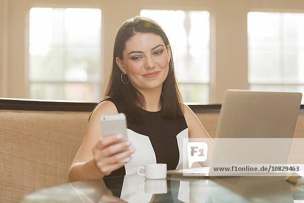 Handy benutzen Geschäftsfrau Hispanier Büro