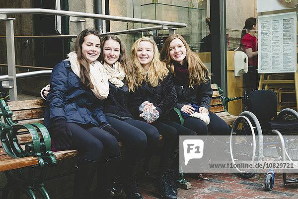 Jugendlicher lächeln Sitzbank Bank Mädchen