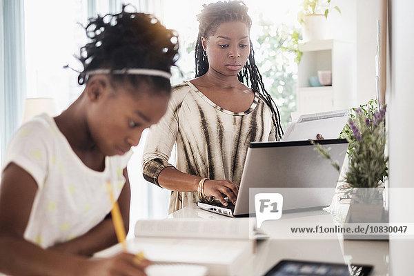 schwarz lernen Tochter Mutter - Mensch