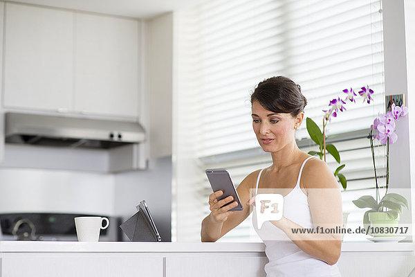 Handy benutzen Europäer Frau Küche