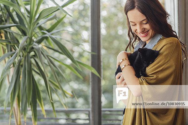 Europäer Frau halten Kätzchen Katze