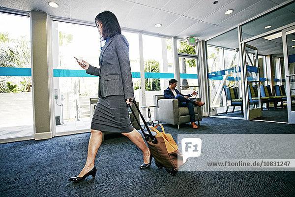 rollen Geschäftsfrau Gepäck Büro japanisch