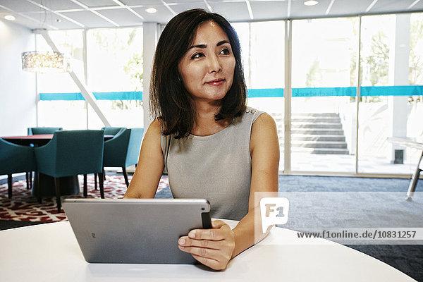 benutzen Geschäftsfrau Büro Tablet PC japanisch
