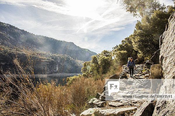 Nationalpark Europäer Vereinigte Staaten von Amerika USA tragen Tochter Yosemite Nationalpark Mutter - Mensch