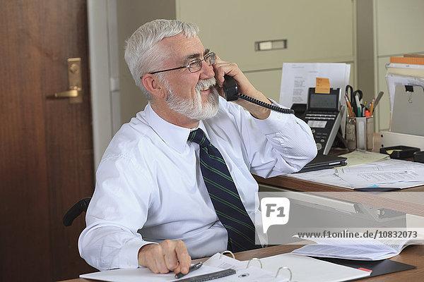 Europäer sprechen Geschäftsmann Büro telefoniert
