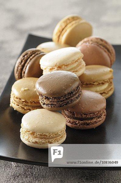 Verschiedene Macarons auf Gebäckteller