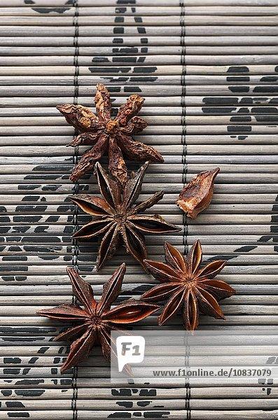 Sternanis auf Bambusmatte