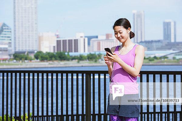 Frau jung japanisch Smartphone