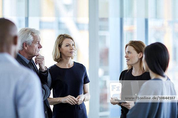 Geschäftsleute sprechen in der Lobby
