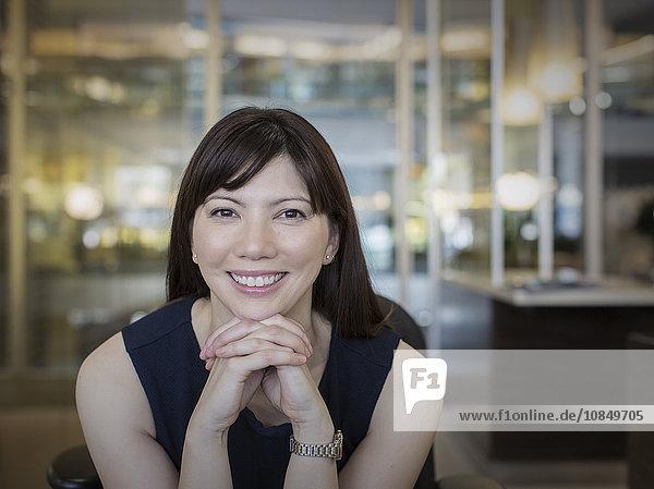 Portrait Geschäftsfrau lächeln festhalten