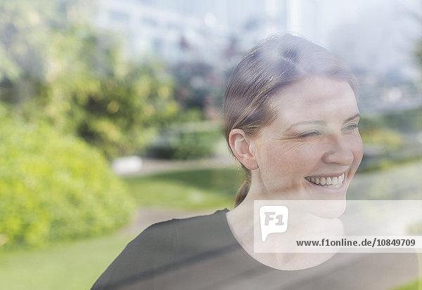 Frau Fenster lächeln hinaussehen