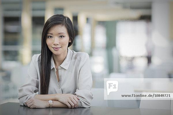 Portrait Geschäftsfrau Hoffnung Tisch