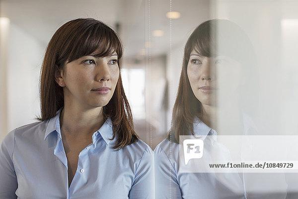 Geschäftsfrau Fenster Büro hinaussehen Nachdenklichkeit