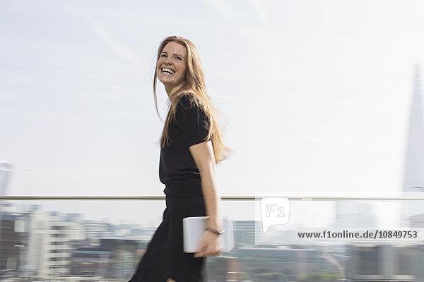 Städtisches Motiv Städtische Motive Straßenszene Portrait Geschäftsfrau lachen Balkon Tablet PC