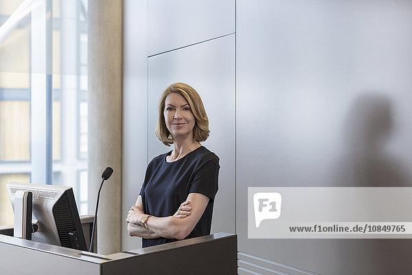 Portrait Geschäftsfrau Geschäftsbesprechung Zimmer Sockel Hoffnung Konferenz