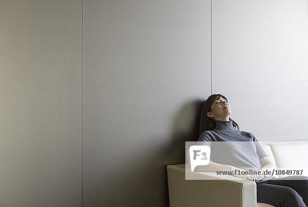 Geschäftsfrau Couch ruhen müde