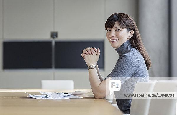 Portrait Geschäftsfrau Geschäftsbesprechung Zimmer Hoffnung Konferenz Schreibarbeit