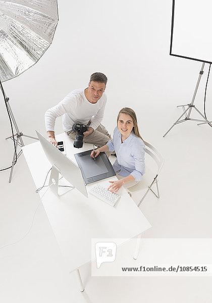 Fotograf und Assistentin im Studio