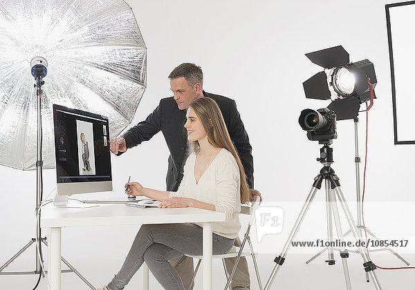 Fotograf und Assistentin bei der Bildbearbeitung