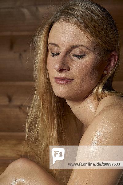 Junge Frau in der Erdsauna  Rupertustherme  Bad Reichenhall  Oberbayern  Deutschland  Europa