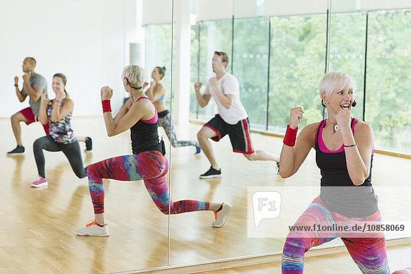 Fitnesstrainer leitet Aerobic-Kurs