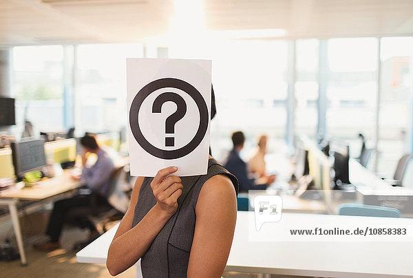 Porträt einer Geschäftsfrau mit Fragezeichenausdruck über dem Gesicht im Büro