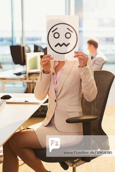 Porträt einer Geschäftsfrau mit Stirnrunzeln und Gesichtsausdruck über dem Gesicht im Büro