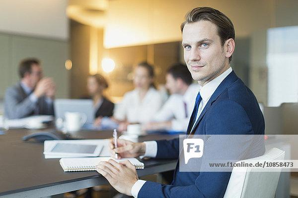 Porträt eines selbstbewussten Geschäftsmannes im Konferenzsaal