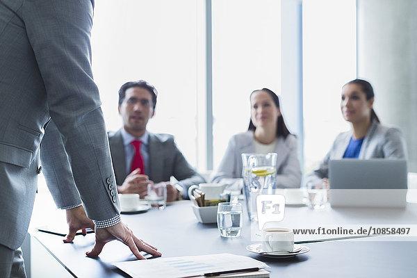 Geschäftsmann leitet Besprechung im Konferenzraum